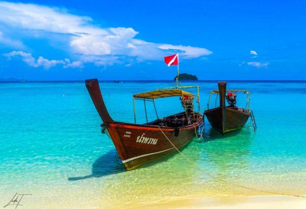 Bateau sur une plage en Thaïlande